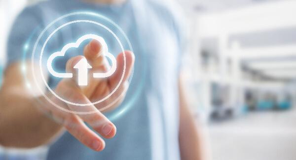Illustration de la comptéence cloud : un homme touche un écran transparent avec une icône de cloud