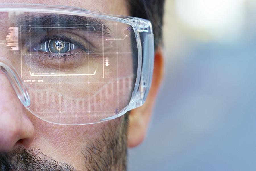 Portrait d'un homme portant une paire de lunettes de réalité augmentée